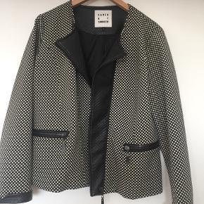 Helt ny lækker jakke med pu læder og mange fede detaljer
