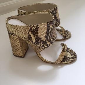 Jennie-Ellen snake sandaler med chunky hæl.  Hæl højde 11 cm.   Sidder virkelig godt på foden.   Ubrugte (Har kun været brugt på fotoskydning)  900,-  Kan prøves/købes i Kbh K (christianshavn).