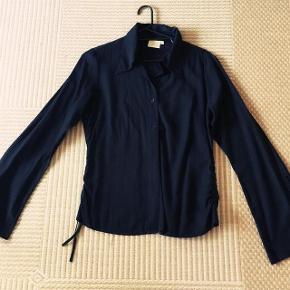 Fransa sort skjorte str L. Med snører i ærmerne og snører i siden.