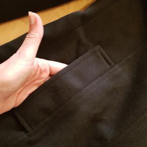 Lækker varm jakke i str M. Sort. Med inderlomme. Kraven kan bruges oppe eller nede. Ny og ubrugt m mærke på endnu.  Købt for 799 i sidste uge. På tilbud til 399 lige nu. Men jeg sælger den for 275 kr