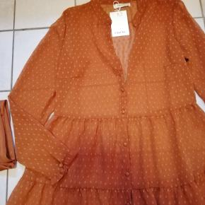 #Secondchancesummer  Flotteste rustfarvede kjole fra ChaCha. Kjolen er gennemknappet, har lille kinakrave og store bløde flæser. Underkjole medfølger, da kjolen er transparant. Det klæder også kjolen med en sort underkjole og et sort bælte til  🙂