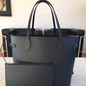 Neverfull Black EPI leather tasker str mm sælges. Er stort set som ny ingen fejl eller mangel. Ser ud som ny og alt medfølger.   Nypris er 11.800 kr.   Jeg har alt til den både dustbag, kasse og kvittering ja selv det blå bånd er med.   Tasken er købt i 2016 men brugt minimalt.