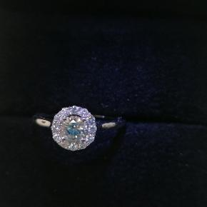 Smuk ring 14 karat hvidguld 585 med diamanter. Certifikat fra Antwerpen og vurdering fra House of Diamonds i Århus. Str 51.  Nypris 21.000,- sælges pga arbejdsløshed ifm corona. Kan ses og prøves i højbjerg.