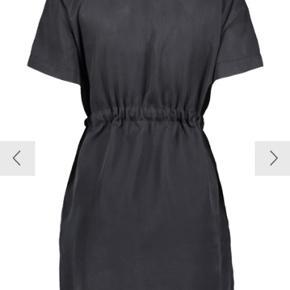 Så fin kjole som jeg desværre ikke får brugt.  Wrap dress med bindebånd.  Ny med prismærke.