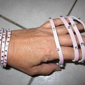 Flot sæt med armbånd der kan lukkes i to længder og kæde/bælte i rosa læderlook med sten. Prisen er for begge dele samlet. Nyt og ubrugt.