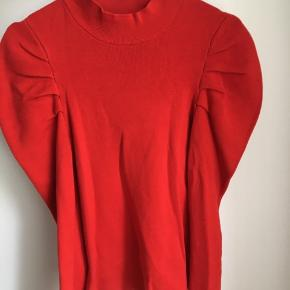 Rød bluse med puf omkring skuldrene. aldrig brugt, skøn farve