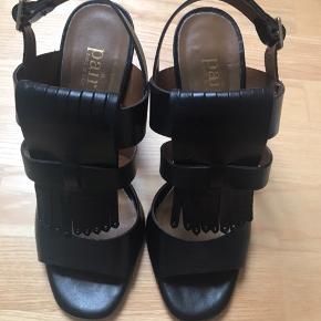 Virkelig flotte heels med 10 cm hæl. Brugt til fest 2 gange (ingen slid på hæl). Lædersål. Er en str 39, men jeg bruger normalt 38 og passer dem fint. (Sælges udelukkende pga ankelskade, der gør at jeg ikke kan gå i høje sko mere 🥺). Nypris ca 1800. Dustbag medfølger. Pris fast ex ts og forsendelse, som er på købers regning. Placering Sorø. Kan ikke ændre dette i annoncen.