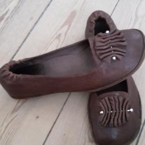 Fin lille sko med rågummisål. Har en skjold på venstre sko. Sælges derfor for 100 kr. pp.