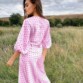 Super sød kjole fra ASOS. Er brugt 1 gang og fremstår som ny. Passes af en S/M 💜