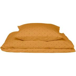 Obs: aldrig brugt. Blot vasket 1 gang i neutral vaskemiddel. Nypris 380kr  Super lækkert sengetøj i en økologisk kvalitet. Dette i den flotteste gule farve med sorte prikker. Det lukkes med lynlås.   - 100% økologisk bomuld - Lukkes med lynlås