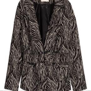 Super fin jakke med bælte fra h&m trend. Kan både bruges med og uden bælte. Str. 34 Bytter ikke. Brugt få gange