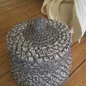 Fin, gråmønstret vasketøjskurv.