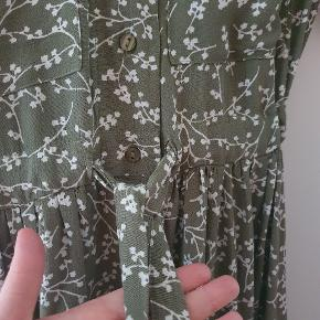 Smukkeste kjole fra Y.A.S model Neela, der hurtigt blev udsolgt. Helt ny med prismærke. Smukt mønster i hvid og støvet grøn.  Jeg købte den sidste sommer, men jeg fik den ikke taget i brug, og nu er den desværre for lille. Da jeg købte den, var jeg en almindelig small, så jeg synes, at den er lidt stor i størrelsen.  Obs. Jeg bytter også meget gerne til en i størrelse small eller måske medium.