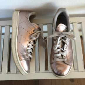 Brugt en del. Adidas Stan Smith i Metallic Rosa farve. Nypris 1000,-
