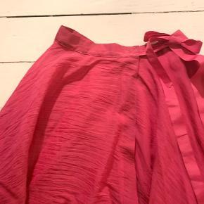 """Den smukkeste lange pink nederdel med """"swung"""", og riflet stiv sløjfe i livet. Fuldstændig fantastisk på."""