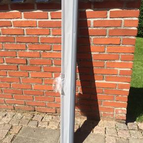 Mørklægnings-rullegardin i flot stand, næsten ikke brugt. Beslag medfølger.   Mål:  120 cm uden beslag (125 cm med hvide beslag)  Kan rulles ud til en længde af 190 cm.   Køber afhenter i Skelund.