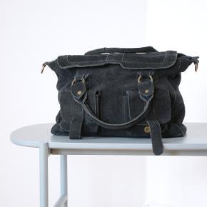 Rigtig fed taske designet i Vietnam! Den er af ruskind. Meget unik taske