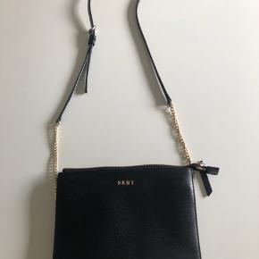 Fin lille taske 17x23 cm med flere indvendige rum og justérbar rem. Inkl dustbag
