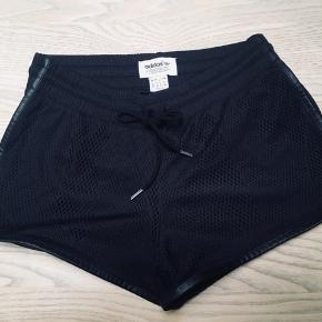 Flotte elegante sorte shorts i unik mønster  fra Adidas Originals str. XS sælges - købt hos Stoy i Århus. Kun brugt få gange, og så fine som nye☀️