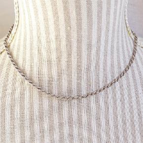 Varetype: solid cordel halskæde Størrelse: 40.5 cm Farve: Sølv  Klassisk cordel halskæde.  Stemplet 925 og ALE.  Længde: 40.5 cm. Tykkelse: 3 mm. Vægt: 11 g.  Handler også gerne via Mobilepay.