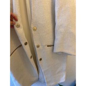 Lækker jakke / frakke fra Zara 🙌🏼  - hvid / råhvid - med guld lynlåse - uld, polyester, viskose og bomuld i kvaliteten - god men brugt, meget lidt nuldret men desværre et mørkt område bagpå forneden fra cykel. Derfor den gode pris.  - kan bruges lukket og åben   Super skøn! Nypris 599,-   Se også mine andre fine annoncer. Sælger billigt ud og giver gerne mængderabat ❤️