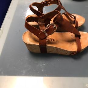 Super smart sandal fra AMUST m kork hæl .