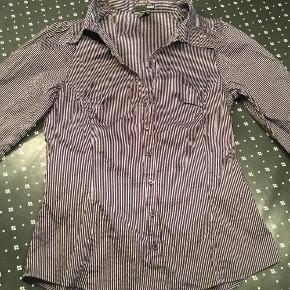 Brand: H og MVaretype: Flot skjorte Farve: Blåstribet Prisen angivet er inklusiv forsendelse.  Slot elegant skjorte. Figursyet med trekvart ærmer.   Fra røgfrit hjem  BYD.....