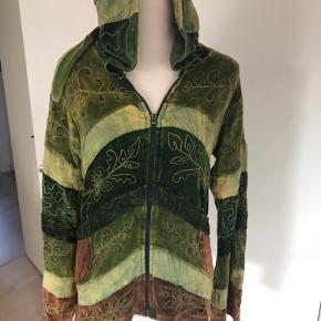 Flot trøje med lynlås og lang hætte fra stories str.l sidder tæt da denne er figur syet. Er i grønne/brune nuancer . Brugt en gang. Køber betaler fragt.