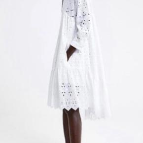 Smukkeste kjole fra Zara i broderi anglaise. Den er brugt en enkelt gang.  Nypris 899,-