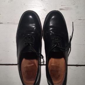 Sorte 'herresko' med lille hæl (ca. 2 cm). Imiteret læder udenpå og rugskind indeni.