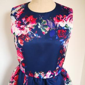En af mine smukkeste designer kjoler som hænger i skabet pga. størrelse ændring. MSGM kjole til fest i str IT 42 som passer en str 38 - lille 40. Aldrig brugt. Bæltet tilhører ikke kjolen.