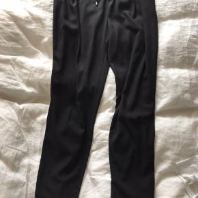 Lækre løse bukser i fin stil fra zara. Elastik i taljen + bindebånd. To lommer foran og en fake baglomme. 100% polyester