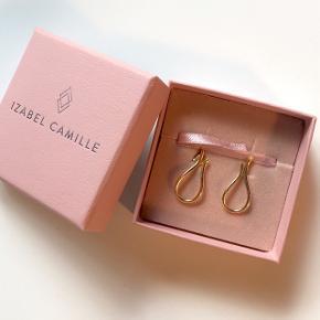 Sælger disse elegante dråbeformede Øreringe fra IZABEL CAMILLE i forgyldt sølv✨⭐️✨⭐️  • Aldrig brugt • Perfekt som gave 💞🎁 • Æske haves • Jeg har selv modtaget dem som gave - hvorfor KVITTERING er en BYTTEKVITTERING
