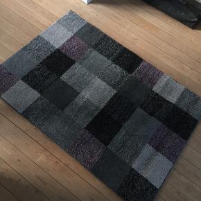 Super fedt tæppe. Jeg kan ikke huske den præcise nypris, men det var omkring de 1300 kroner.