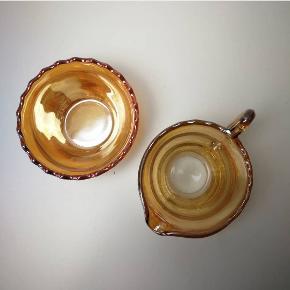 Sødt sukker/flødesæt i lækker laksefarvet glas med perlemorsagtig overflade. Perfekt stand. 75,- for sættet.