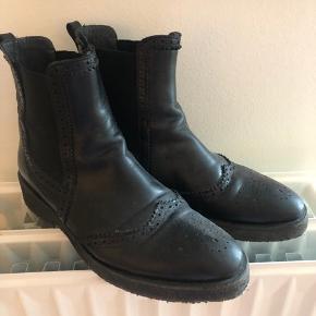 Sorte smalle Chelsea boots fra Angulus købt sidste år. Med rågummi-sål. Supergode at gå i.