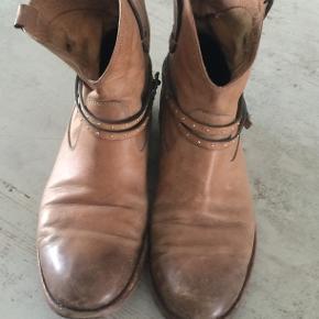 Super lækre kvalitetstøvler fra Alberto Fermani.  Hælen er slidt som det fremgår af billeder derfor den lave pris. Køber betaler forsendelse.