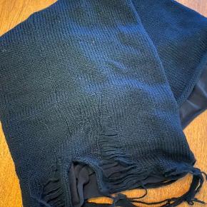 Lækkert tubehalstørklæde fra Aleksandr Manamis. 100% Uld   UNISEX.  Smid et bud :)
