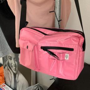Sælger Mads Nørgaard taske, den er brugt men fejler ikke noget. Bytter også gerne med en i sort