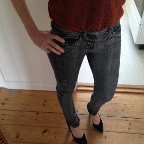 """Varetype: Lækre jeans med stræk Farve: Sort Oprindelig købspris: 800 kr.  Super lækre jeans med stræk. De bløde, sidder godt og behagelige at have på.  Brugt meget få gange - fremstår som næsten nye. Fejler intet. Medfødt slid og """"forvasket sort""""  Str 36 - det er mig på billederne og jeg er str 36    Mål: Livvidde: ca 2x39 cm (kan strækkes til ca 2x41 cm) Indvendig benlængde: ca 79 cm  Udvendig benlængde: ca 101 cm  Materiale: 98% cotton 2% elasthane  Bytter ikke  *** se også mine andre annoncer med mærkevarer ***"""
