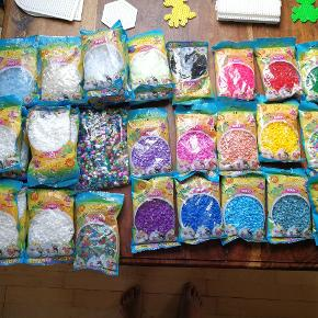 🌱 Masser af Hama perler i lækre farver sælges🎨 ; dejlig stor startpakke med både (13 ps) selvlysende/glitrende- og (25 ps) almindelige perler plus en hel bunke perleplader i mange forskellige former og størrelser (21 stk) og et idékatalog samt en opbevaringsboks med både store og små rum (6 kasser).   Sælges både hver for sig til 5 kr pr pose (ved køb for min 50 kr) eller samlet til 375 kr  Sælges fra Sælhundevej i Gjesing 🥳  En opbevaringsboks med 3 rum hvori der er blandende, sorte, gule og mange hvide Hama mini perler samt 6 perleplader sælges også til 150 kr