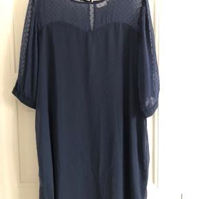 Sød kjole i viskose fra Junarose.  Kjolen har inderkjole, gennemsigtig overdel og ærmer samt sæd knaplukning i både nakke og på de 3/4 ærmer Str. 48
