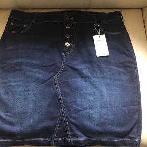 Super smart nederdel med stretch . Str m ((storpige ) . Måler 2x50 i livvidde + stræk og længde 54 cm Bytter ikke