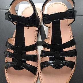 Fine sandaler til de store piger, samt rågummisål   Fast pris 400,- pp