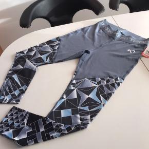 Super lækre trænning tights jeghar skrevet blå da jeg ikke ved hvad farven hedder jeg syntes de ser blålig ud men kig på billederne  De er nye med tags og aldrig brugt  Kun prøvet 😊😊😊