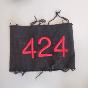 """424 band,   Kan bruges til at 'pimpe' en kedelig sort jakke op.  Hvis i kender """"band'et"""" ved i hvad de tidligere har gået for, helt op imod 2000 men de er efterfølgende faldet en del, så sælger mit til 300."""
