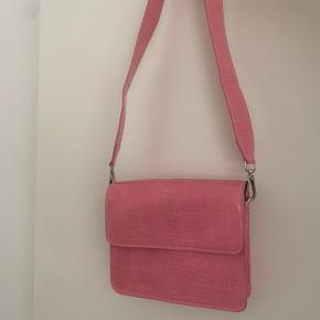 Pink taske fra hvisk. Kun brugt en enkelt gang. Der er en lille smule rød farve på forsiden - derfor den billige pris. (Se billede 2)