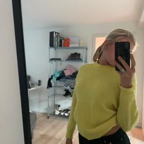 Sælger denne flotte citron-gule sweater fra Envii! Nypris 500 kr. Fremstår rigtig fin, kun vasket få gange.