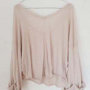 Lækker oversized bluse fra American vintage. Str small, brugt 1 gang. Fra hjem uden røg og dyr.