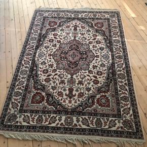 Stort skønt ældre tæppe med frynser ❤️❤️❤️ Pæn stand - lidt slid på frynserne. H215 B140 cm. Pris 600,- kr.